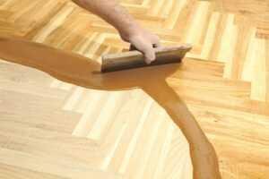 Podłogi drewniane można przywrócić do idealnego stanu dzięki woskowaniu czy lakierowaniu